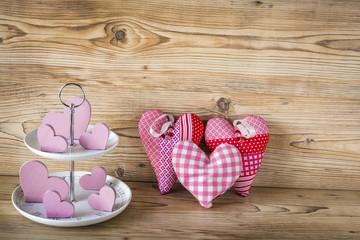 Viele rosa Herzen vor einem Holz Hintergrund