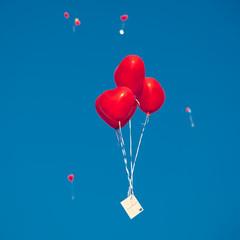 Herzballons steigen zum Himmel