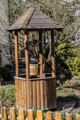 Brunnen Mit Dach Im Garten