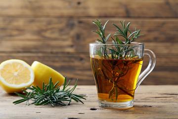 infuso di rosmarino e limone bicchiere di vetro su sfondo rustico