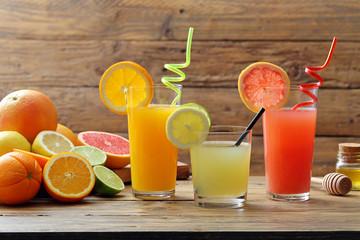 succo di agrumi tre bicchieri con succo di limone arancia e pompelmo