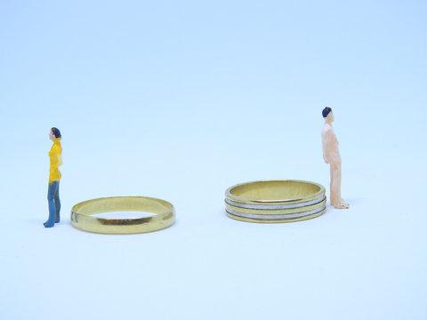 divorce avec personnages miniature et alliances