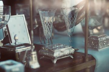 Antike Gläser und Schatullen im Schaufenster