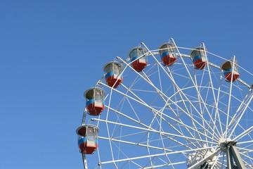 Колесо обозрения на фоне голубого неба