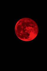 roter Vollmond und schwarzer Nachthimmel (künstlerisch verfremdet, kein Realbild)