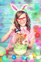 Mädchen malt ostereier an und den hasen