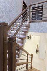 Лестничный пролет в коттедже - дубовая лестница и декоративное покрытие стены