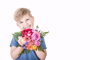 junge mit Blumenstrauß Freisteller