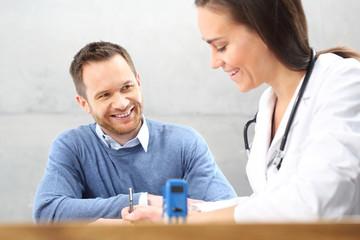 Fototapeta Recepta lekarska. Wizyta u lekarza. Lekarz wypisuje receptę.  obraz