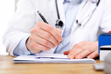 Wizyta u lekarza. Lekarz wypisuje receptę.