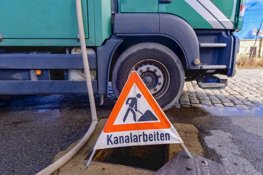 Warnschild mit der Aufschrift Kanalarbeiten
