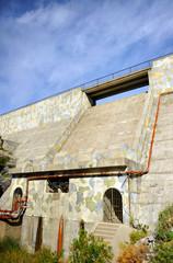 Muro de hormigón y rebosadero del Embalse del Fresnillo, Parque Natural Sierra de Grazalema, provincia de Cádiz, España