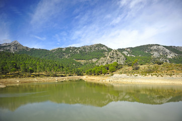Agua embalsada en el Pantano del Fresnillo, Parque Natural Sierra de Grazalema, provincia de Cádiz, España