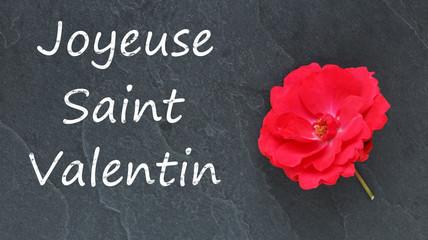 Joyeuse Saint Valentin et rose rouge sur ardoise