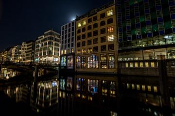 Kanal in der beleuchteten Hamburger Innenstadt