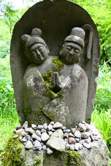 西会津町 福島県 日本。大山祇神社参道の道祖神 夫婦。7月上旬。