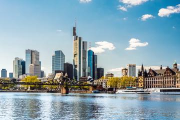 Skyline von Frankfurt am Main im Frühling mit eisernem Steg, Deutschland, Europa