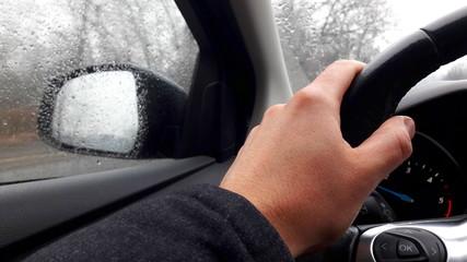 Guidare sotto la pioggia in inverno
