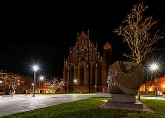 Gotischer Kopf und Amrienkirche