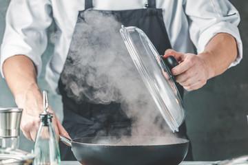 Koch in der küche (Pfanne mit Rauch)