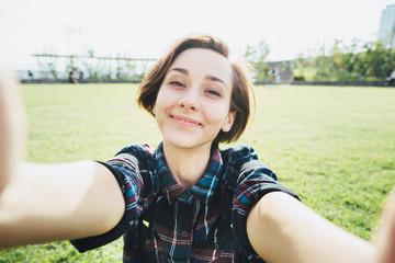 カメラ目線の若い笑顔の女性