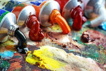 Художник кисти из палитрой. Тюбики с краской