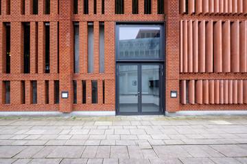 Gebäude mit Backsteinfassade und Glastür