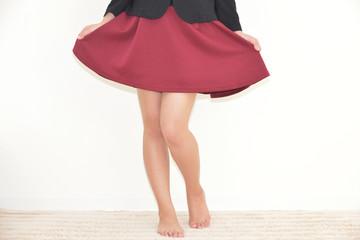 赤いスカートの女性