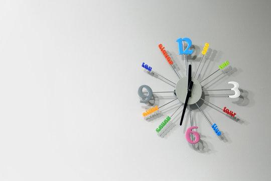 Piękny kolorowy zegar ścienny.