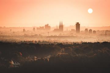 Kölner Skyline von Leverkusen aus bei Sandsturm