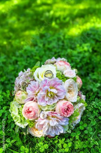 Ein Wunderschoner Brautstrauss Mit Zwei Hochzeitsringen Auf Einer