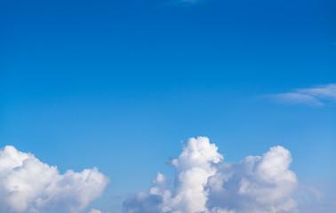 Wolkenhimmel blau weiß