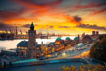 Hamburg Landungsbrücken Sonnenuntergang am Abend