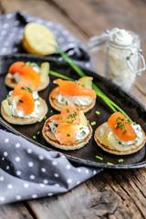 Spoed Foto op Canvas Voorgerecht blinis saumon fumés et crème ciboulette
