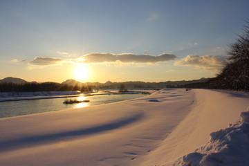 川と日没 冬 雪景色 青空 太陽 秋田県