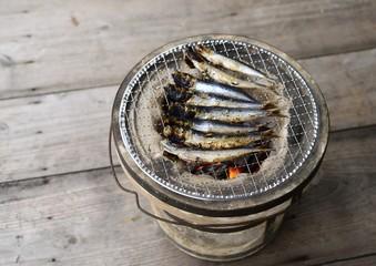 七輪で焼く鰯の干物