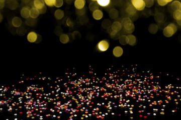 праздничное красивое разноцветное конфетти   на черном фоне