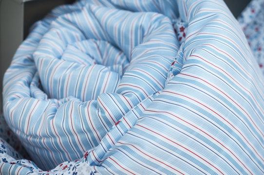 détail parure de lit avec housse de couette en vitrine