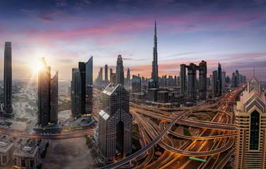 Sonnenaufgang über dem Zentrum von Dubai, Vereinigte Emirate