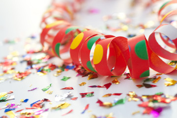 Party-Dekoration mit Luftschlangen und Konfetti