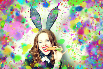Frau feiert Ostern mit eiern Färben und Farben
