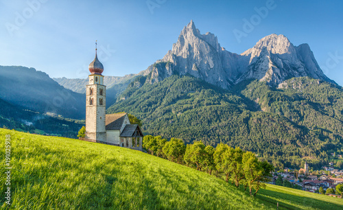 Fototapete Alpine scenery with church in the Dolomites, Seis am Schlern, South Tyrol, Italy