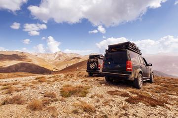 Offroad SUVs stehen in den Bergen, Alpen