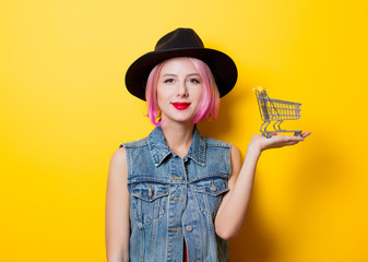 girl with pink hairstyle with shopping cart
