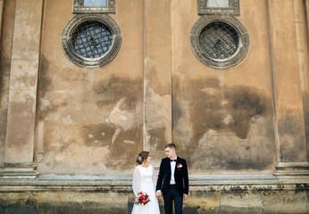 wedding couple  posing in city