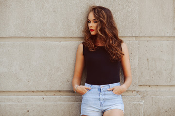Potrait of beautiful young woman with beautiful curly hair 1644b8ef66b1