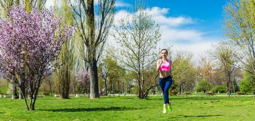 Sportliche Frau beim Laufen im Park