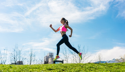Frau beim Laufen auf einem Hügel
