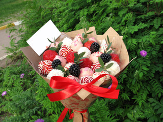 Photo strawberry blackberry berry sweet chocolate bouquet romantic gift