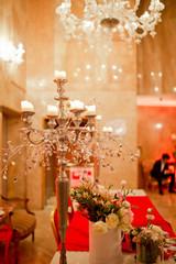 chandelier sur table décorée de mariage